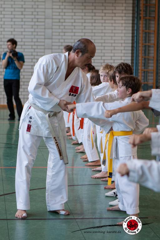 Seji Nihsimura, 15 Jahre lang Trainer der japanischen Nationalmannschaft, zeigt den Karate-Kids die perfekte Haltung.