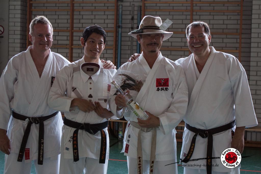 Bayerisches Gastgeschenk für die Besucher aus Japan. (Von links: Dietmar Wagner, 2. Vorstand SC Eching Karate; Seita Nishimura; Seji Nishimura, ehemaliger japanischer Nationaltrainer; Oliver Schäffler, Erster Vorstand SC Eching Karate.)